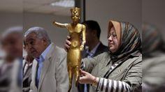 Algunos artefactos que le pertenecían a Cleopatra y a su familia y a Nefertiti y a su familia desaparecieron. Los casa fortunas y los casa tumbas se roban y sacan del país los amuletos, figurines, ect.