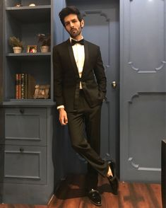 Kartik Aaryan looking trim in a black textured tuxedo and black patent leather loafers from the SS HOMME Bespoke SStructure collection at the Zee Cine Awards. Navy Blue Wedding Shoes, Chic Bridal Showers, Bollywood Actors, Bollywood Celebrities, Indian Star, Velvet Suit, Mens Style Guide, Cute Actors, Indian Bollywood