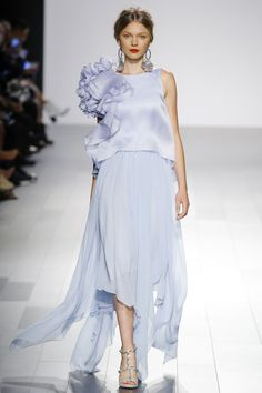 The complete Badgley Mischka Spring 2018 Ready-to-Wear fashion show now on Vogue Runway. Vogue Fashion, Fashion 2018, Party Fashion, Fashion Week, Runway Fashion, Spring Fashion, Fashion Dresses, Style Couture, Couture Fashion