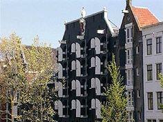 Een dorp wordt stad. Amsterdam is gebouwd op palen. In de loop der jaren is het dorp aan de Amstel uitgegroeid tot wereldstad.