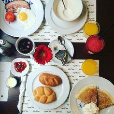 """Magnifica colazione presso l'hotel praghese Lokal U Bile Kuzelky.   Perché anche mangiare è arte   Ps. Ho avuto la fortuna di provare il magnifico fizzy drink Home Made a base di lampone, per iniziare la giornata in modo """"leggermente frizzante""""."""
