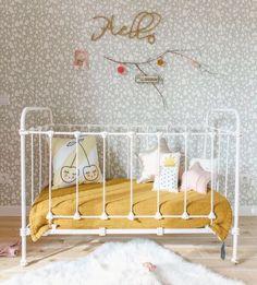 Urocze łóżeczko dla małego dziecka. Warto w momencie urządzania pokoju dla malucha pomyśleć o funkcjonalnym bezpiecznym i do tego stylowym łóżeczkiem. Takie łóżeczko będzie się bardzo dobrze prezentować wewnątrz takiego pokoju, a przy tym winno zapewnić jak najwięcej komfortu i bezpieczeństwa dla malucha. Popularne są wersje drewniane jak i metalowe. Warto wybrać najlepszy dla siebie model. #dzieci #pokój #maluch ##łóżeczko ##dziecięce