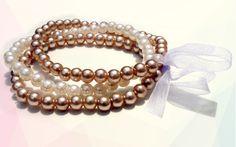 Unindo beleza e simplicidade, este conjunto de pulseiras da Sarai é perfeito para compor um visual romântico e delicado. As peças são feitas com contas em forma de pérola e podem ser utilizadas juntas, unidas por um laço de tecido, ou separadas.