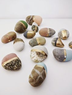 basteln malen kuchen backen: Kreidefarbe selber herstellen / bemalte Steine...I love these simple,yet distinguished looking,painted rocks. The natural rock's beauty isn't covered up!! #Gold