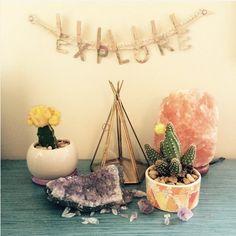 Precioso rincón de tu hogar con una pequeña lámpara de Sal del Himalaya. Disponibles en www.meigacelta.com