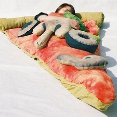 Schlafsäcke sind ideal für die kalte Jahreszeit oder für Ihren nächsten Sleepover bei Freunden. Es gibt Schlafsäckein den verschiedensten Materialien und Design. Einige sind super flauschig, andere schauen aus wie wilde Bestien.Wir haben auch etwas für den Pizzaliebhaber. Der Schlafsack sieht nicht nur aus wie ein Stück Pizza er ist aus Baumwolle und rotem Satin(...)