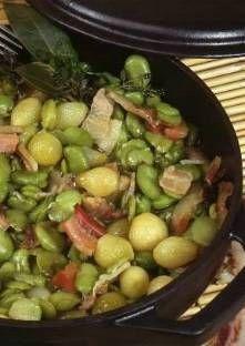 Fèves à l'étouffée - 2 kg de fèves . 4 tranches de ventrèche. 6 petites pommes de terre nouvelles. 3 oignons tendres. sel
