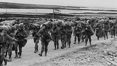 Soldados argentinos desembarcan en Malvinas (NA)