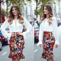 """""""{ Flores by @modaschouchou } Saia com babados e caimento impecável + camisa branca! """""""