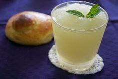La granita al limone è una ricetta estiva fresca e dissetante. Scopri la ricetta per farla in casa senza gelatiera.