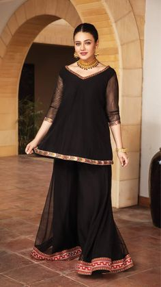Beautiful Pakistani Dresses, Pakistani Formal Dresses, Pakistani Fashion Casual, Indian Fashion Dresses, Pakistani Dress Design, Indian Designer Outfits, Pakistani Bridal, Fancy Dress Design, Stylish Dress Designs