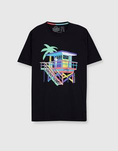 You can find 1 Graphic print T-shirt for only in Pull&Bear. Enter now and discover this and many other unique Pull&Bear pieces T Shirt Logo Design, Tee Design, Shirt Designs, Pull & Bear, Polo Vest, T-shirts Graphiques, Fashion Typography, Funny Graphic Tees, Graphic Prints