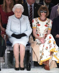 London Fashion Week 2018, Queen Pictures, Anna Wintour, Queen Elizabeth Ii, Front Row, Christmas Sweaters, Lace Skirt, Fashion Show, Barn