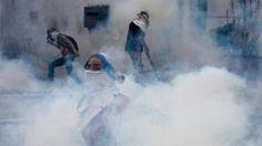¿Por qué los gases lacrimógenos se usan para dispersar protestas pero están prohibidos en las guerras? - BBC Mundo