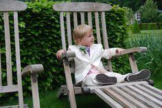 Hij heeft net zijn taak gedaan, de ringen brengen! Zou hij dan straks een taartje krijgen? Een prachtkerel in zijn mooie kostuum met roze overhemd van Corrie's bruidskindermode. Corrie's bruidskindermode voor feestkleding voor bruidskinderen, bruidsmeisjes, kleding voor doop en communie, jongenskostuums, bruidsmeisjes, bruidsjonkers, trouwen, bruiloft, huwelijk. bruidskindermode.nl