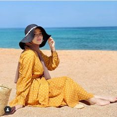 To enjoy the close at hand Eid in such hot weather, one would need a lot of researching for cute casual outfits. Outfits With Hats, Girl Outfits, Casual Outfits, Fashion Outfits, Muslim Women Fashion, Modest Fashion, Mode Turban, Hijab Style Tutorial, Modele Hijab