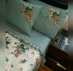 This Pin was discovered by Suz Shabby Chic Pillows, Shabby Chic Bedrooms, Homemade Bed Sheets, Bed Covers, Pillow Covers, Bed Cover Design, Designer Bed Sheets, Pillow Crafts, Bed Sheet Sets