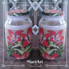 Potes de vidro com tampa, revestidos e decorados com tecido de juta, chita, fitas e rendas. Utilizado cola e costura. Tamanho: aproximadamente 25cm de altura e 15 de diâmetro Cores: variadas