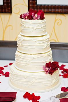 Um yum! This #weddingcake looks amazing! Photo by Jeannine. #MinneapolisWeddingPhotographers