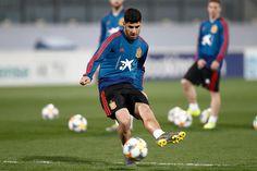 Real Madrid Players, I Work Hard, Football, Sports, Guys, Soccer, Hs Sports, Futbol, American Football