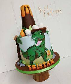 RAWWWRRRRR!!! Love a good dinosaur cake!