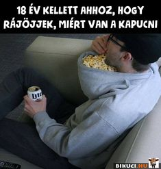 Turn a hoodie backwards and you've got the perfect receptacle for snacks. 25 Life Hacks You'll Wish You Knew About Sooner Humour Geek, Uber Humor, Man Humor, Funny Quotes, Funny Memes, Jokes, Satire, Funny Internet Memes, Workout Memes