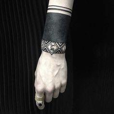 .  . Tätowierungen am Handgelenk sind zur Zeit unglaublich beliebt in der internationalen Tattoo-Szene. Meist sind die Motive in geometrischen, sehr einfachen Formen gehalten. Die Tattoos können ohne tiefen Sinn, also einzig als gelungene Accessoire-Tätowierung gestochen werden. Manchmal haben si…