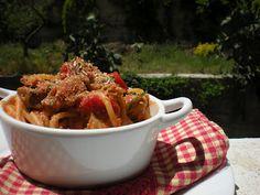 Profumo di Sicilia: Spaghetti al tonno [fresco] con pane tostato e semi di finocchio