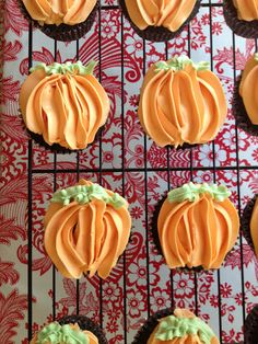 pipe frosting to look like a pumpkin on cupcakes...cute!