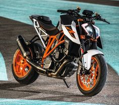 2017 KTM 1290 Super Duke R Unleashed at EICMA  http://news.maxabout.com/bikes/ktm/2017-ktm-1290-super-duke-r-unleashed-at-eicma-2016/  #EICMA #EICMA2016 #KTM #SuperDukeR