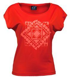 CHACHACOMANI - Magma Red T-Shirt Large 100% recyclé (9 bouteilles)  Le Chachacomani est un t-shirt femmes au col rond et large aux épaules. Ultra léger, respirant, ultra résistant, il deviendra votre partenaire préféré pour toutes vos activités, et ce pour de longues années! Ne contenant aucun produit dangereux ni pour la santé ni pour l'environnement.  à voir : http://www.amaboomi.com/fr/tee-shirts-recycles-femme/55-chachacomani-rouge.html