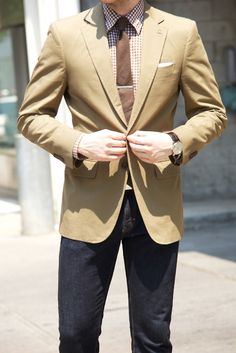 Usually wouldn't like this light brown/tan jacket, but it works. Love the shirt, too.