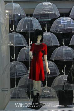 CONTRASTE: El rojo resalta en contra de los paraguas transparentes y que tienen textura diferente.