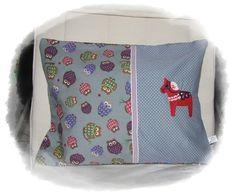 Kissen bestickt mit Dala Pferdchen aus der Stickserie Schwedenliebe.     süsser Eulenstoff und Punktestoff.    Hotelverschluss.  Innenkissen ist mit d