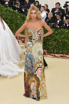 Stella Maxwell wearing a custom iconography Moschino dress and long blonde hair at the 2018 Met Gala Gala Dresses, Red Carpet Dresses, Nice Dresses, Celebrity Dresses, Celebrity Style, Stella Maxwell, Met Gala Outfits, Met Gala Red Carpet, Galo
