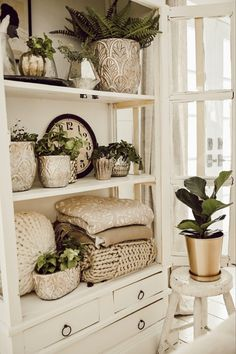 Styling Shelves Three Basic Shelf Styling Tips - Cute office decor. Styling Shelves Three Basic Shelf Styling Tips - Cheap Home Decor, Diy Home Decor, Living Room Designs, Living Room Decor, Decor Room, Wall Decor, Estilo Country, Country Style, Top Country