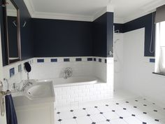 bathroom nawy blue and white / Tikkurila N429 Denim / łazienka biało-granatowa