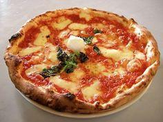 Esta pizza napolitana significaba pizza redonda, es originaria de Nápoles y está reconocida como una pizza tradicional en Italia.