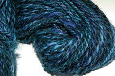 Handgesponnen & -gefärbt - schöne weiche Wolle handgesponnen - ein Designerstück von Wollrad bei DaWanda verschiedenen Blautönen und türkisgrün