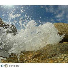 El momento exacto en el que el #mar  choca con las rocas en #OGrove