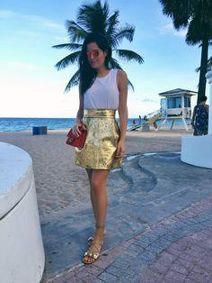Fort Lauderdale: Saia Dolce & Gabbana, flat Gucci, camiseta Rag & Bone, bolsa Chanel.