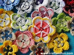 DIY Crochet Flowers with Recycled Buttons from Craft and Fun Pin It Crochet Embellishments, Crochet Buttons, Crochet Motifs, Crochet Flower Patterns, Crochet Flowers, Crochet Pattern, Free Pattern, Crochet Diy, Crochet Simple