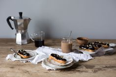 Eclairs au chocolat / Chocolate eclair, choux pastry with pastry cream http://www.carnetsparisiens.com