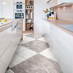 Gładka, biała, bezuchwytowa zabudowa kuchenna, odbija światło sprawiając, że wnętrze wydaje się większe. #dom #kuchnia #meblekuchenne #kuchnianawymiar #home #kitchen Dom, Alcove, Tile Floor, Bathtub, Flooring, Bathroom, Kitchen, Home Decor, Standing Bath