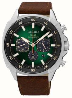 Seiko SSC513P9 - En stock. Cette Seiko montre regarde la menthe sur le poignet en raison d'une finition de haute qualité. il dispose d'un boîtier unique angulaire, couronnes surdimensionnées, et une ligne tout aussi distinctif qui travaillent ensemble pour créer une montre qui est à la fois cru et moderne. Les couleurs naturelles de vert et de brun ajoutent une ambiance très agréable, et les caractéristiques sont plus nombreuses pour tous les jours à l'usure, y compris un chronogr...
