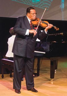 The Honourable Minister Louis Farakhan, leader of the Nation Of Islam, playing the violin Us History, History Facts, Black History, Elijah Muhammad, Courageous People, Peace Art, Islamic Fashion, Influential People, Sculptural Fashion