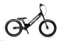 Czarny rowerek biegowy Super Strider SS-1 posiada regulację siodełka od 45 cm, regulowaną na wysokość kierownicę bez blokady kąta skrętu, szprychowe koła z pompowanymi oponami 16 cali o płytkim bieżniku, zacisk siodełka z szybkozamykaczem do wygodnej regulacji oraz duże antypoślizgowe naklejki na tylnym widelcu podtrzymujące zmęczone stopy rowerowego biegacza. Super Strider waży ok. 6,8 kg. http://www.aktywnysmyk.pl/160-rowerki-biegowe-super-strider