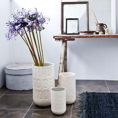 Die Love Song Vasen in Kalkweiß setzten farbigen Blumenschmuck dekorativ in Szene. Natürliches Design mit Zeilen und Wörtern aus beliebten Liebesliedern.
