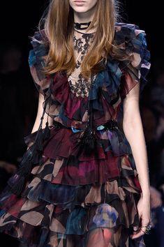 Elie Saab at Paris Fashion Week Fall 2016 - Details Runway Photos Look Fashion, Fashion Details, High Fashion, Fashion Show, Fashion Design, Fall Fashion, Fashion Tips, Couture Fashion, Runway Fashion