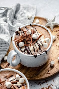 Hot Chocolate Bars, Chocolate Coffee, Hot Chocolate With Marshmallows, Christmas Hot Chocolate, Chocolate Shavings, Love Eat, Dessert Recipes, Desserts, Aesthetic Food